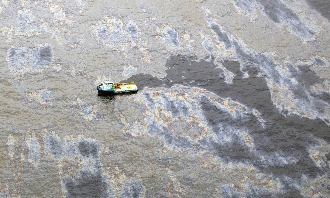 Vazamento de óleo no Campo do Frade, na Bacia de Campos. Navios trabalham para conter o óleo na área próxima a plataforma da Chevron Foto: Márcia Foletto / Agência O Globo