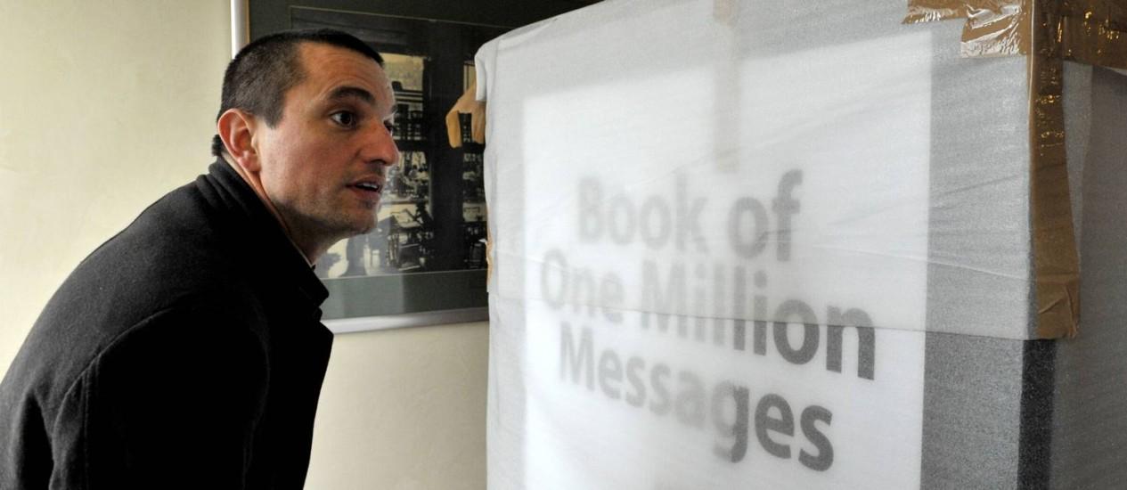 Arpad Csorba se prepara para desembalar livro em mémoria a Steve Jobs, em Budapeste Foto: AFP