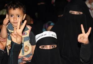 Mulheres celebram o fim do regime de Ali Abdullah Saleh, em Sana Foto: AFP