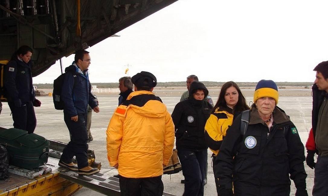 Pesquisadores que estavam na Estação Antártica Comandante Ferraz (EACF) chegam a Punta Arenas, no Chile Foto: Site Informador Chile