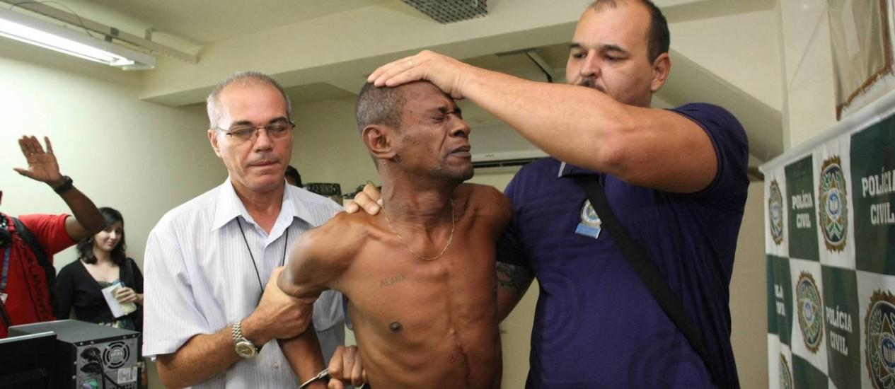 Acusado de estuprar menina dentro de ônibus chega à delegacia da Gávea Foto: Cléber Júnior / Agência O Globo