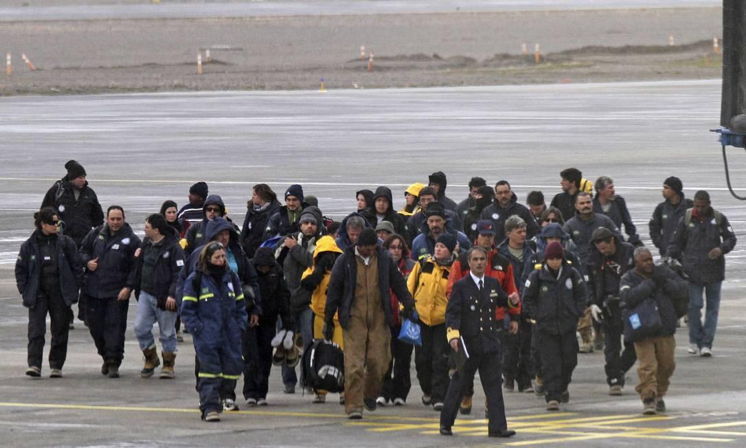Brasileiros vindos da base na Antártica chegam a Punta Arenas, no Chile Foto: Reuters