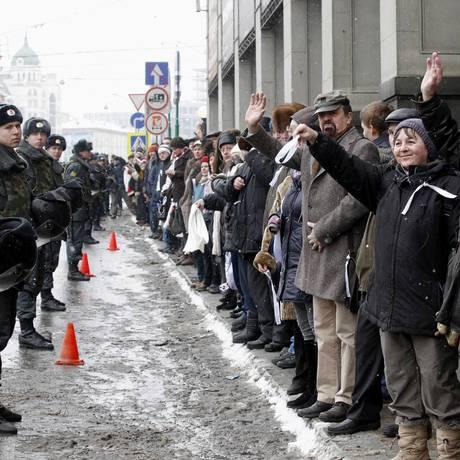 Russos formam cordão humano, em Moscou, sob o olhar de policiais Foto: TATYANA MAKEYEVA / REUTERS