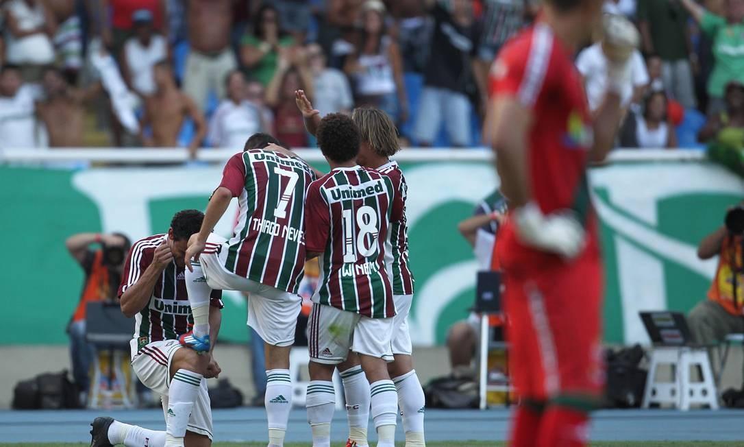 Fernando Prass lamenta enquanto os jogadores do Fluminense comemoram Foto: Alexandre Cassiano
