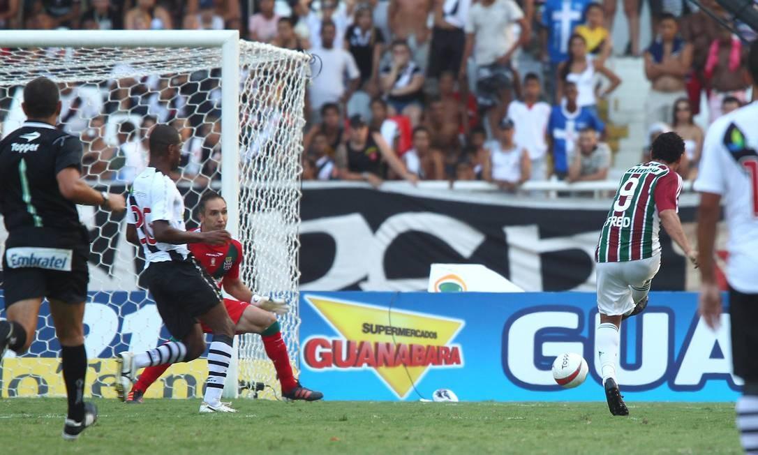 Fred chuta para marcar o terceiro gol do Fluminense Foto: Ivo Gonzalez