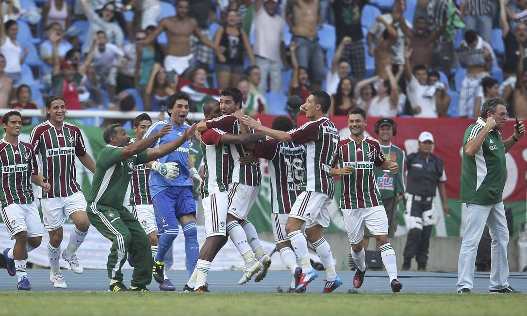 Jogadores comemoram o gol de Deco, o segundo do Fluminense Foto: Alexandre Cassiano