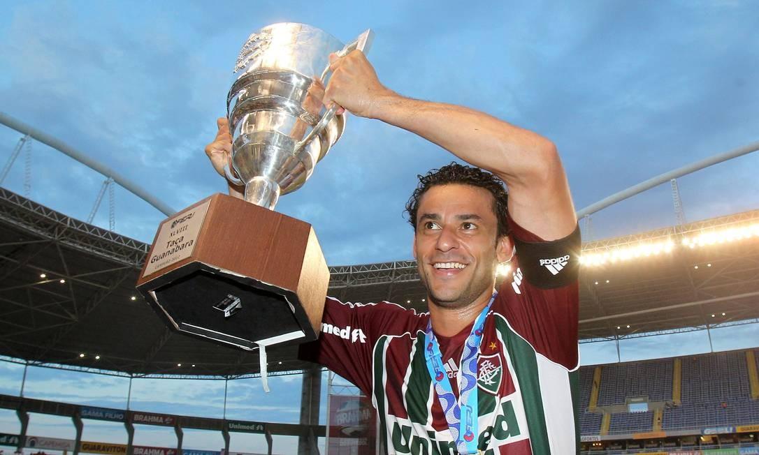 Fred levanta o troféu no Engenhão Foto: Ivo Gonzalez