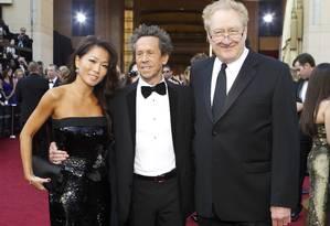 O produtor do Oscar, Brian Grazer (ao centro), sua convidada Keli Lee e o coprodutor Don Mischer na entrada do 84º Oscar Foto: Reuters/Divulgação