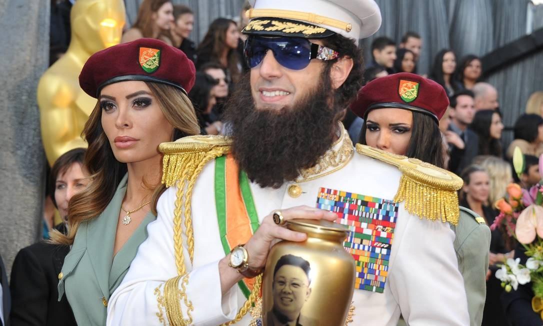Após polêmica gerada em torno de sua participação no evento, o comediante Sacha Baron Cohen apareceu vestido de 'O ditador' Foto: AFP/ Divulgação