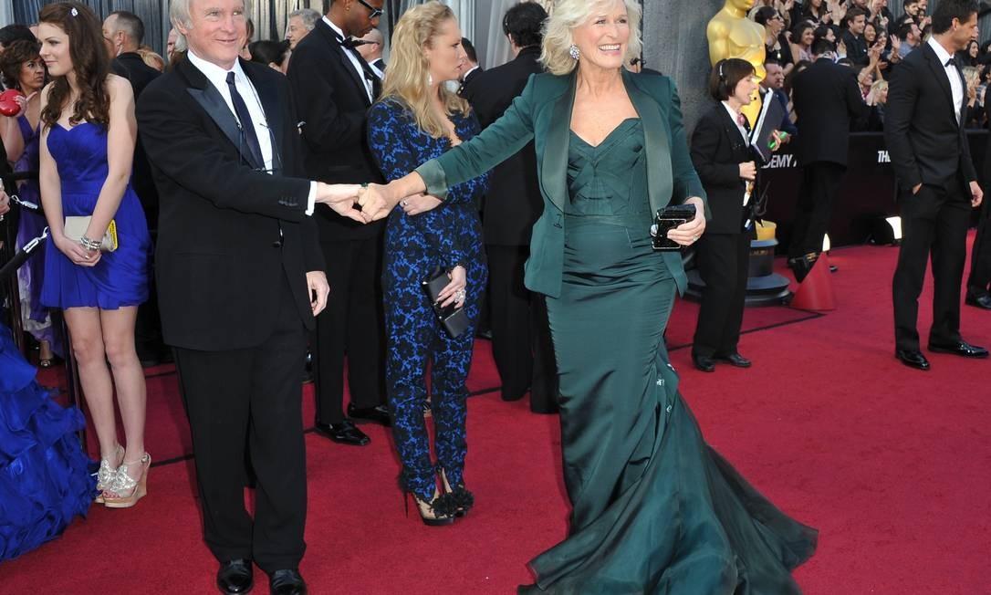 A indicada ao Oscar por sua atauação como o mordomo irlandês Albert Nobbs, Glen Cloose, em sua chegada à cerimônia Foto: AFP/Divulgação
