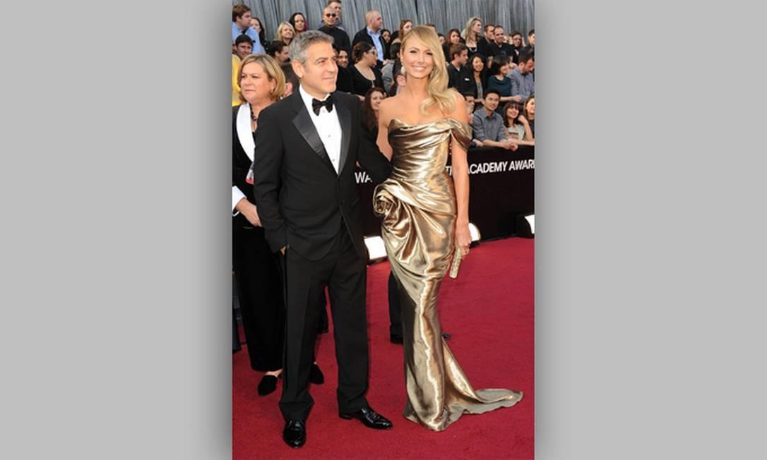 George Clooney e sua namorada Stacy Keibler posam no tapete vermelho Foto: AFP/Divulgação