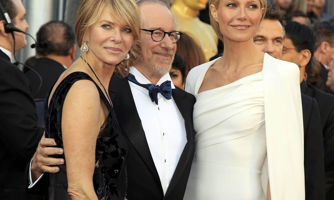 A atriz Kate Capshaw, o diretor Steven Spielberg e a atriz Gwyneth Paltrow também posaram para as fotos na entrada do evento Foto: Reuters/Divulgação