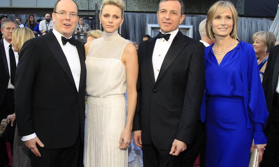 O príncipe Albert II de Mônaco e a princesa Charlene (à esquerda) chegaram com o chefe executivo da Walt Disney, Robert Iger, e sua esposa, Willow Bay Foto: Reuters/Divulgação