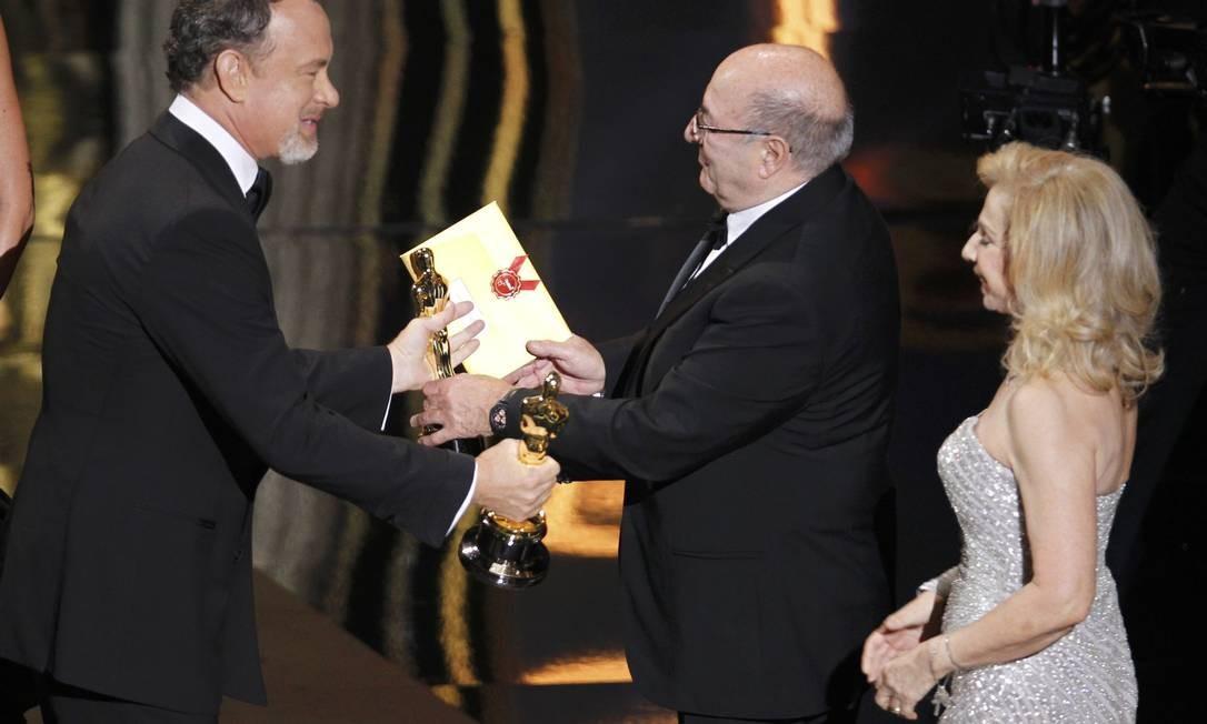Tom Hanks entrega o prêmio de melhor direção de arte para o designer Dante Ferreti por 'A invenção de Hugo Cabret' Foto: Reuters/Divulgação