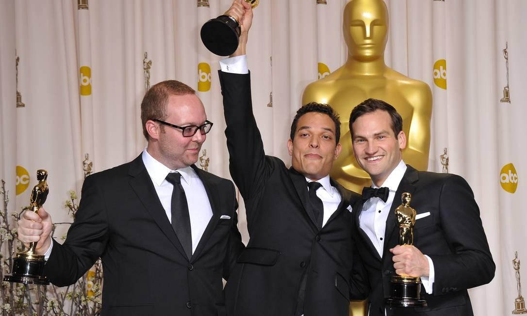 'Undefeated' foi eleito o melhor documentário. TJ Martin, Dan Lindsay e Richard Midslemas comemoraram Foto: AFp/Divulgação