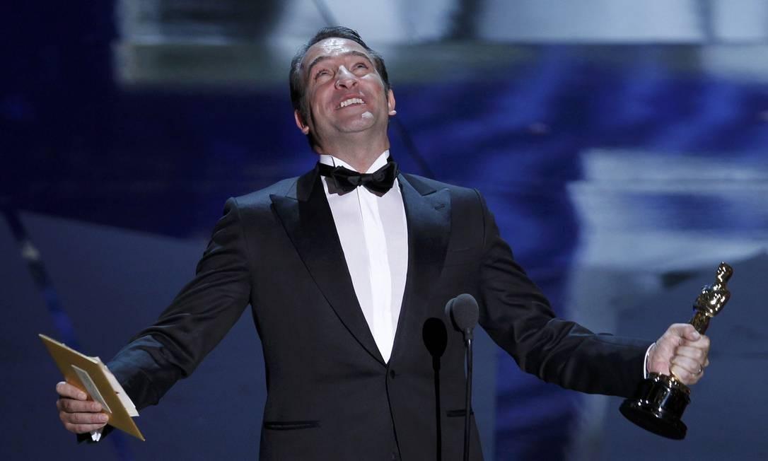 O francês Jean Dujardin comemora após receber o Oscar de melhor ator por seu papel em 'O artista' Foto: Reuters/Divulgação
