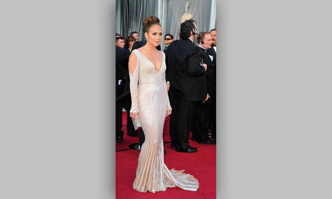 A atriz e cantora Jennifer Lopez causou furor no tapete vermelho com um vestido bastante ousado Foto: Reuters/Divulgação