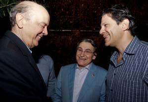 Serra e Haddad se cumprimentam no aniversário de 70 anos de Renato Rabelo (ao fundo) Foto: Marta Alves / Divulgação PCdoB