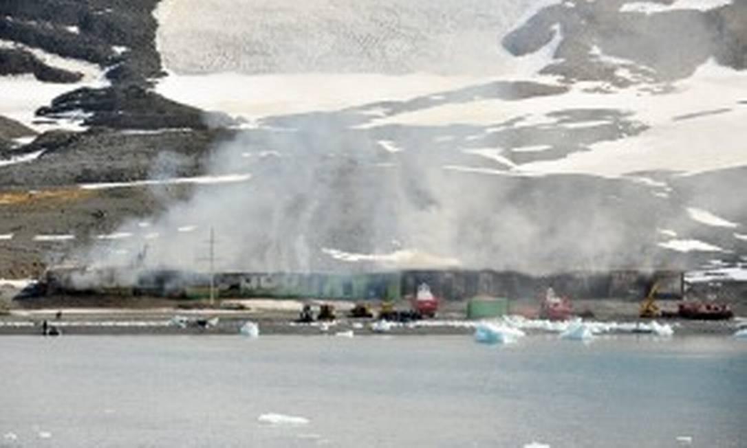 O navio de pesquisa HMS Protector, equipado para o trabalho científico e para todos os tipos de pesquisa e resgate, ajudou a apagar o fogo na base brasileira Foto: Royal Navy/MOD