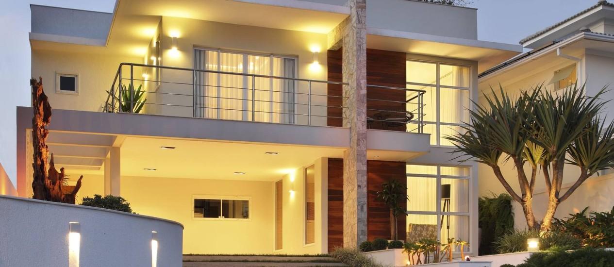 Fachada da casa, em Charitas, Niterói, tem telhado embutido Foto: Divulgação