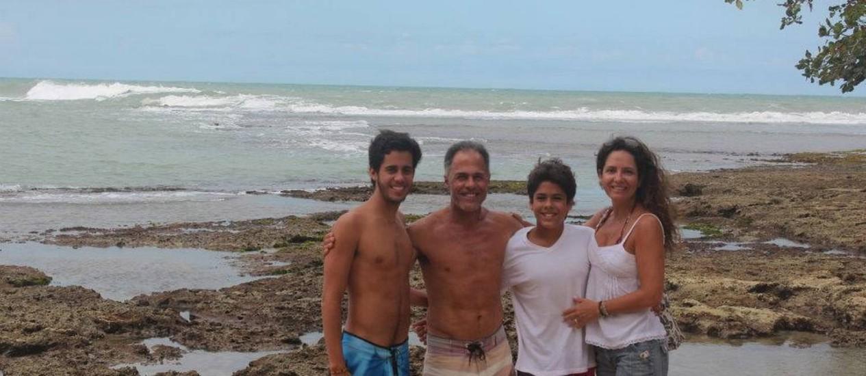 Bocão, com os filhos Bruce e Vitor (de camisa), e a mulher, Luciana Foto: Reprodução da internet