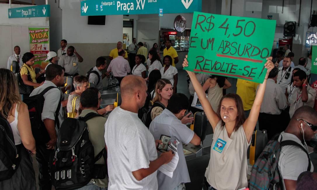 Jovem mostra um cartaz apelando para a liberdade de protestar Foto: Pedro Kirilos / O Globo