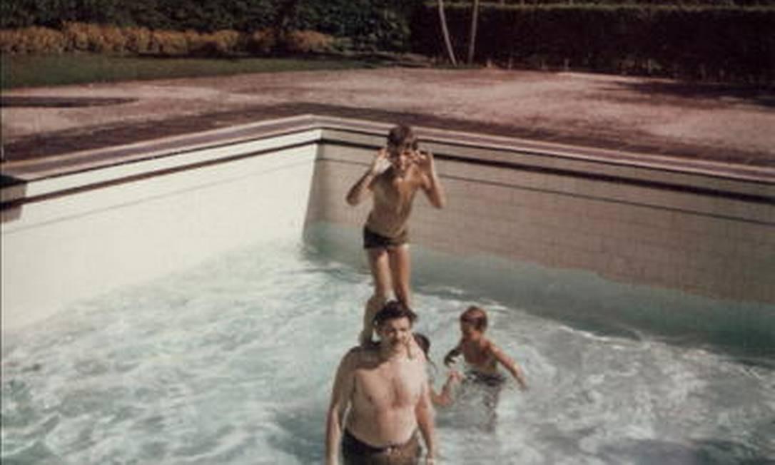 Rubens Paiva na piscina da casa de um amigo com o filho Marcelo Foto: Álbum de família