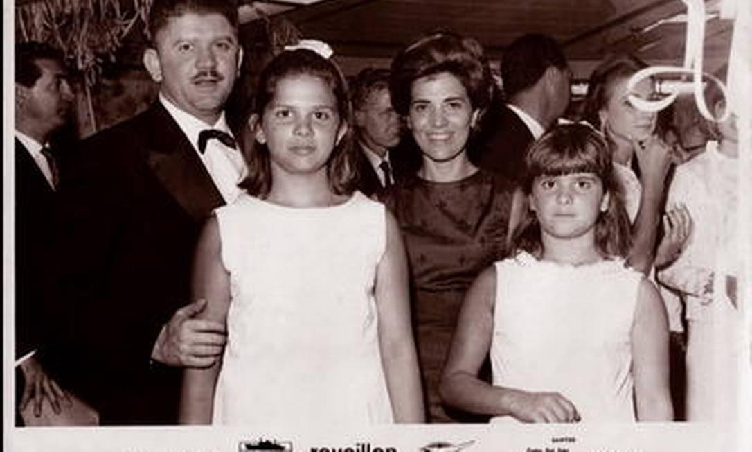 Rubens Paiva em família para uma foto de cartão-postal enviado de um cruzeiro Foto: Álbum de família