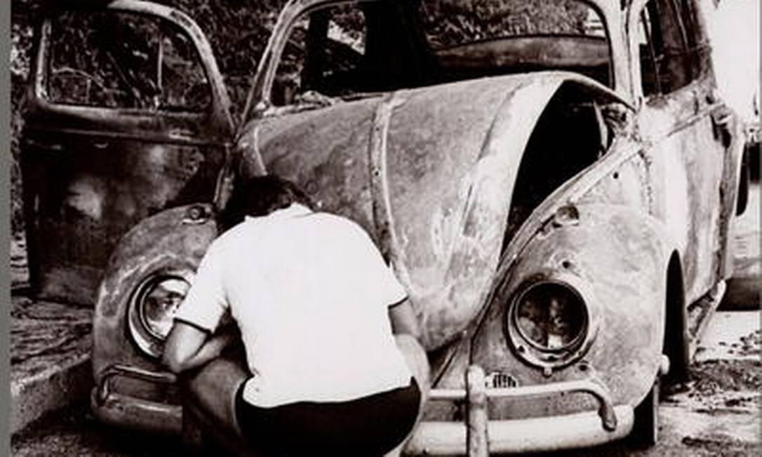 O Fusca incendiado fez parte do cenário montado pelos órgãos de repressão para encenar a falsa fuga de Rubens Paiva Foto: Álbum de família