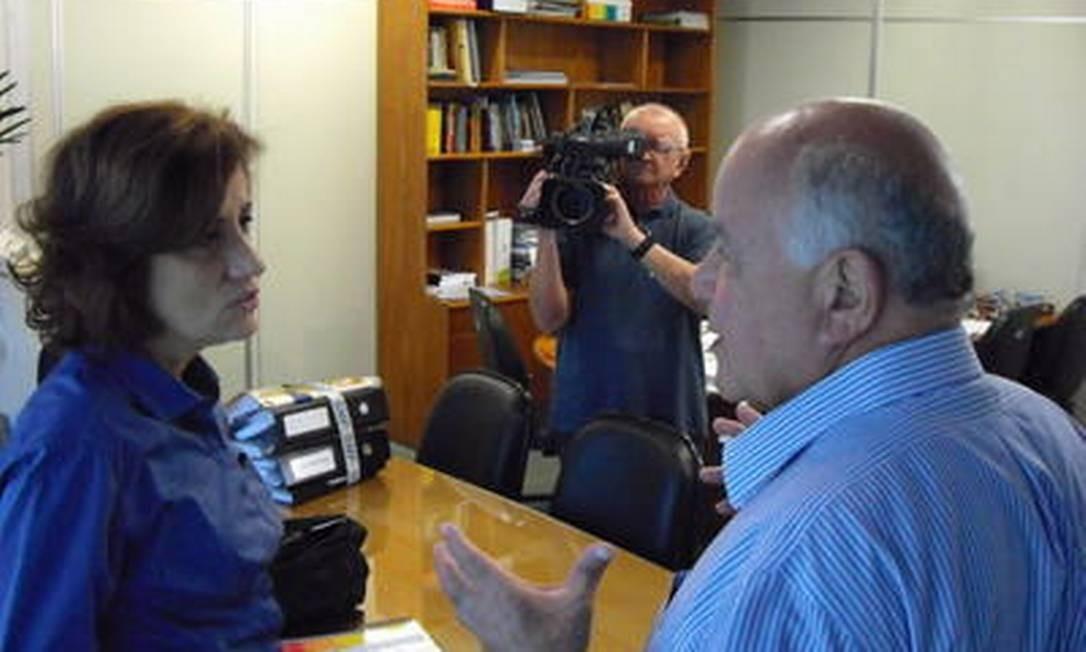 A jornalista Miriam Leitão entrevista Carlos Alberto Vieira Muniz, atual vice-prefeito do Rio. Rubens Paiva foi torturado - e não cedeu - para entregar a identidade de Muniz, conhecido como Adriano Foto: Reprodução TV