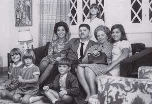 O deputado cassado e desaparecido durante a ditadura militar, Rubens Paiva, ao lado da mulher e dos filhos Foto: Álbum de família