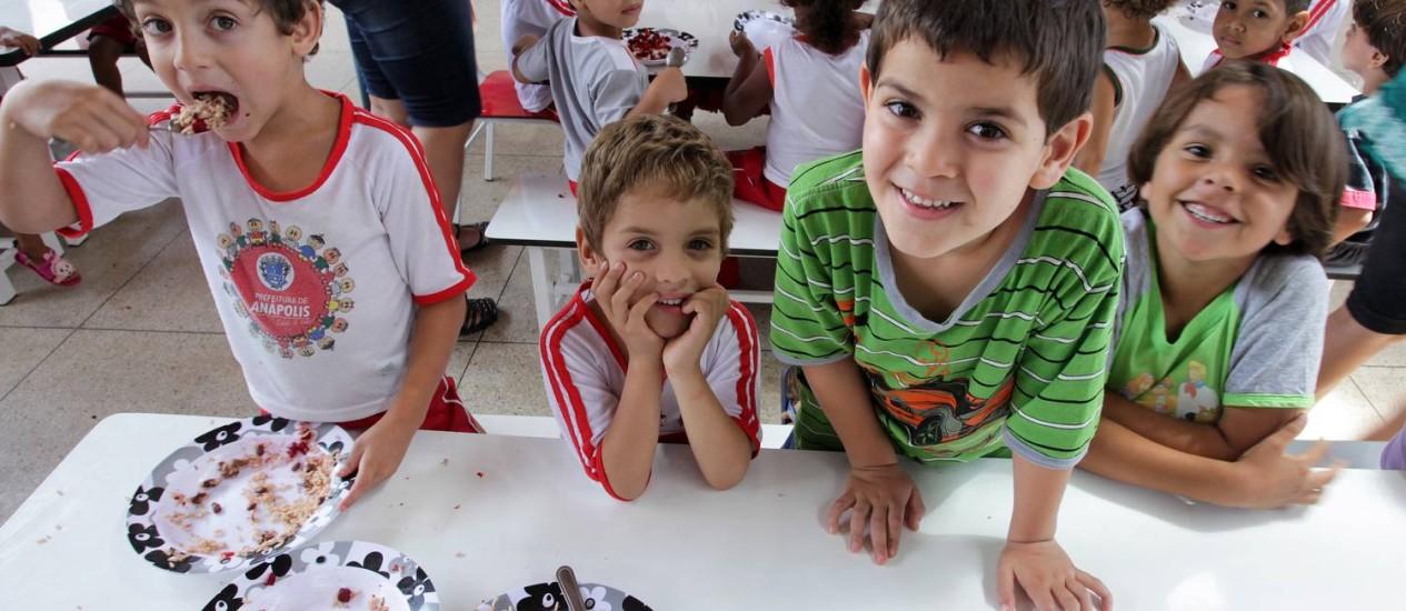 Crianças durante almioço na Creche Zilda Arns, em Anápolis Foto: O Globo / Sérgio Marques