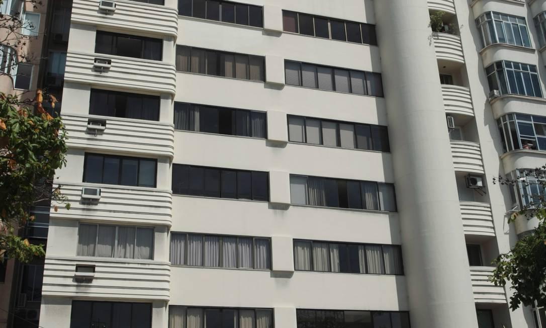 Embaixador, em Copacabana. Construído em 1935, prédio é um típico exemplo do art déco. Sua cobertura lembra um navio Hudson Pontes