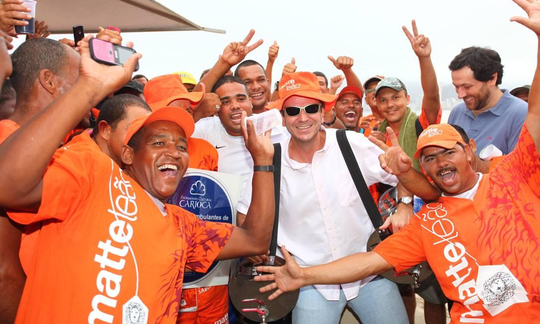 O prefeito Eduardo Paes torna patrimônio cultural carioca os vendedores de mate de praia em evento no Leme Foto: Fabio Rossi / Agência O Globo