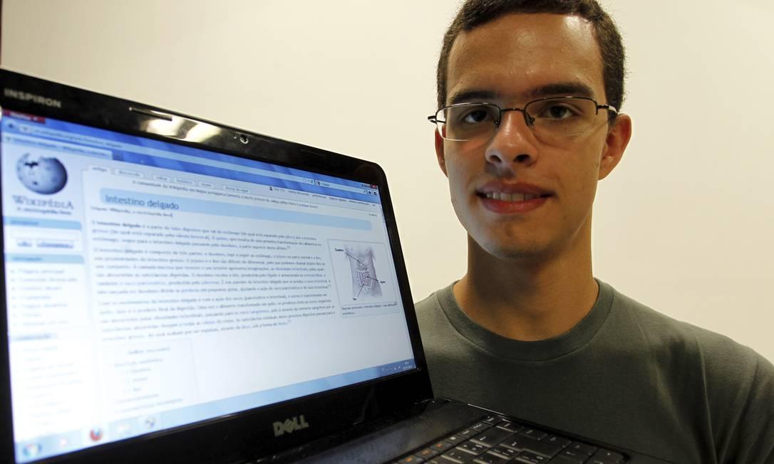 O ESTUDANTE de Medicina da UFRJ Vinicius Siqueira mostra um dos verbetes editado por ele na Wikipédia Foto: Luiz Alvarenga