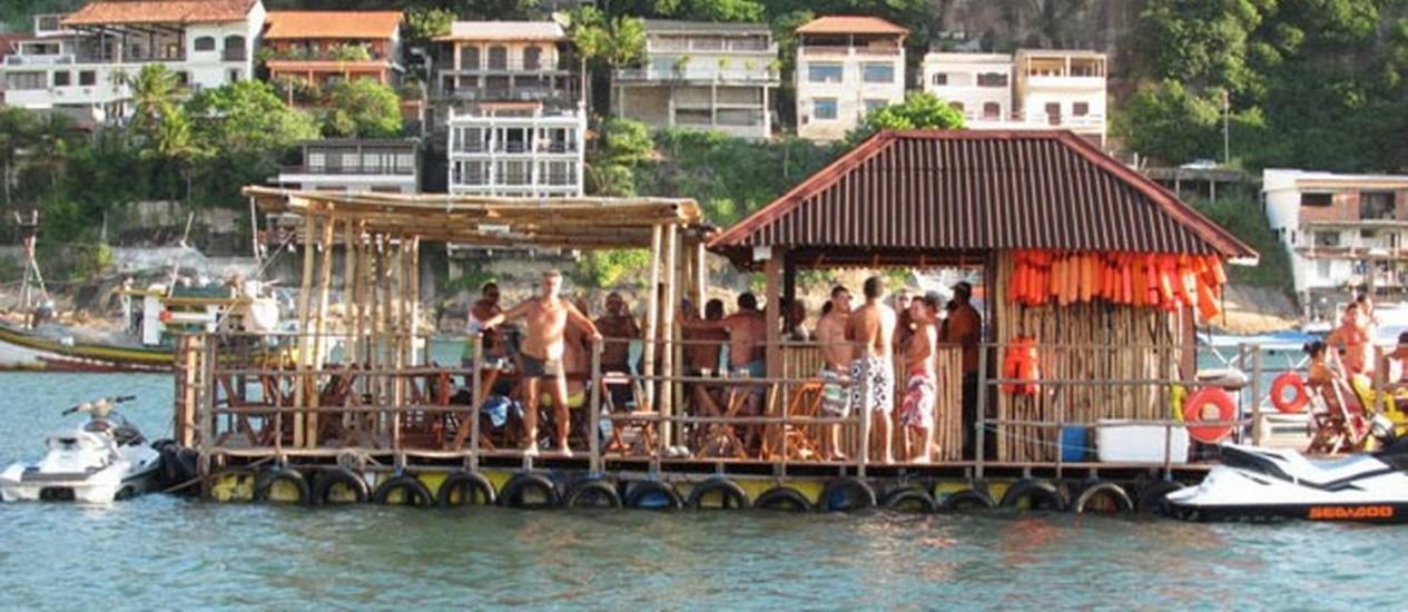 Proprietário do flutuante foi notificado pela Capitania do Portos para regularizar documentação Foto: Foto do leitor Jorge Tocantins / Eu-Repórter