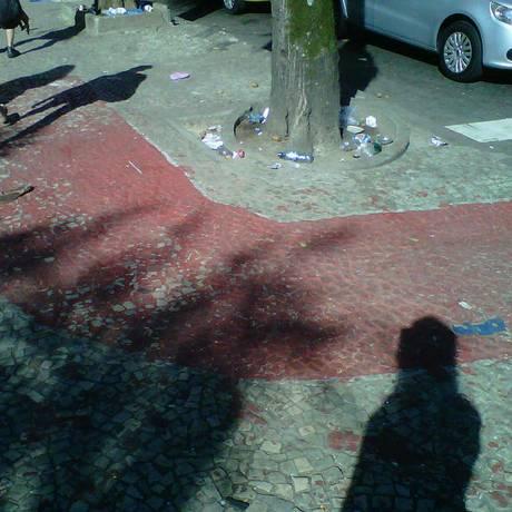 Ciclofaixa se desgata um dia após sua pintura na Praça Santos Dumont, na Gávea Foto: Foto da leitora Karen Soares