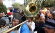 The Rebirth Brass Band toca nas ruas de Nova Orleans