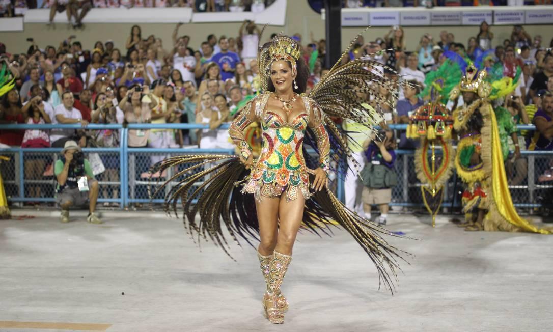 Luiza Brunet à frente da bateria da Imperatriz no desfile do carnaval 2012 Foto: Alexandre Cassiano / O Globo