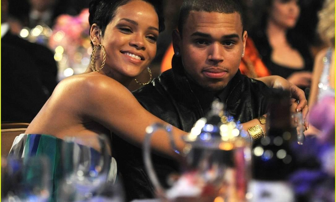 Rihanna e Chris Brown em foto da época do namoro, antes da agressão Foto: Reprodução da web