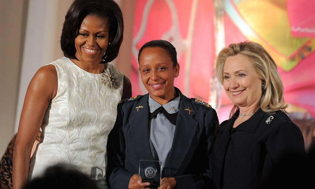 Primeira mulher a comandar uma UPP recebe prêmio internacional Mulheres de Coragem 2012. Major Pricilla recebeu troféu das mãos de Michelle Obama e Hillary Clinton Foto: AFP