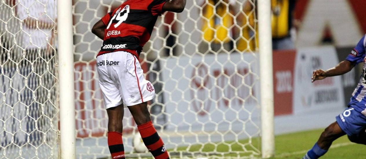Não, o gol da vitória do Flamengo não foi de Negueba: o atacante perdeu esta chance incrível aos 44 minutos do segundo tempo Foto: Cezar Loureiro / Agência O Globo
