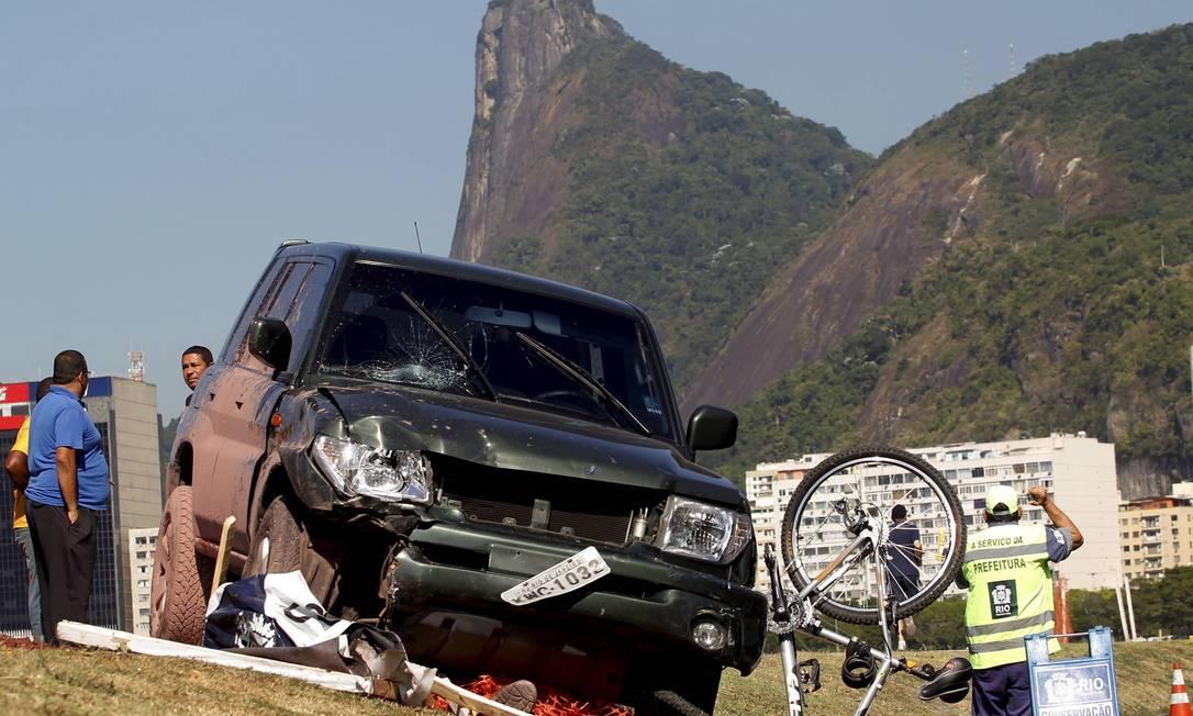 Carro invadiu a ciclovia do Aterro do Flamengo na manhã desta sexta-feira e deixou cinco feridos Marcelo Piu / Agência O Globo