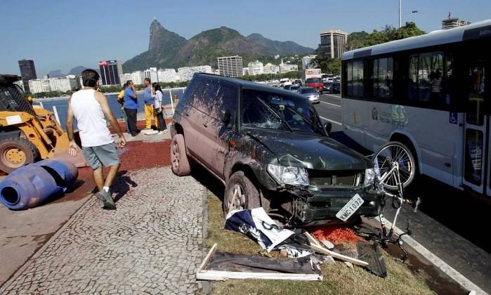 Um carro que trafegava na pista sentido Centro do Aterro do Flamengo capotou após bater no meio-fio na manhã desta sexta-feira Marcelo Piu / Agência O Globo