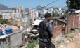 No Morro do Estado, policiais procuram bandido conhecido como Lekinho, que teria assaltado o restaurante Jambeiro