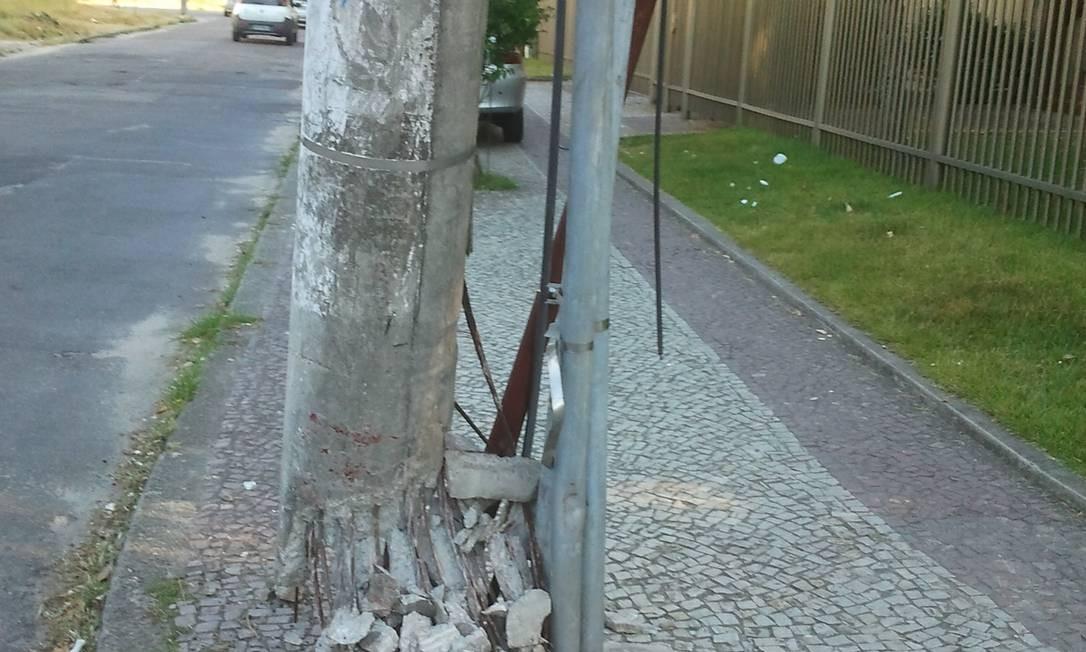 Com base deteriorada, poste ameaça cair no Recreio dos Bandeirantes Foto: Foto do leitor Edgar Vinicius de Sousa / Eu-Repórter