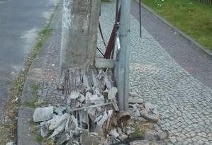 Poste prestes a cair na Rua Leiloeiro Ernani Melo, no Recreio Foto: Foto do leitor Edgar de Sousa / Eu-Repórter