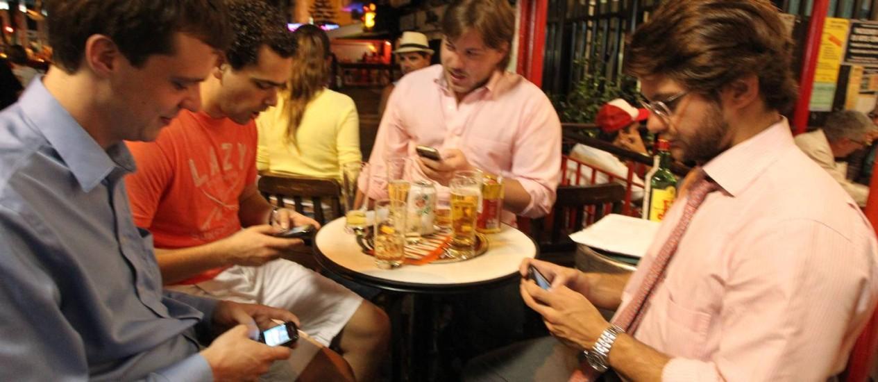 """O advogado Marco Aurélio Asseff (à direita) com seus amigos no Leblon: """"Hoje, todo mundo é viciado"""" Foto: Domingos Peixoto / O Globo"""