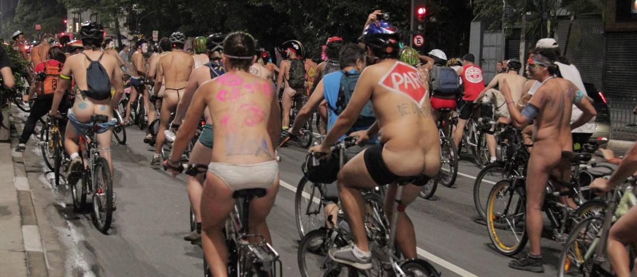 Ciclistas participaram da Pedalada Pelada na Avenida Paulista na noite deste sábado Foto: O Globo / Eliária Andrade