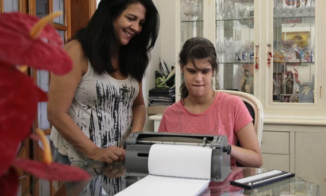 Giovanna Zuttion, de 13 anos, acompanhada da mãe Dalva Zuttion. Ela estuda numa escola não especializada Foto: Michel Filho / Agência O Globo